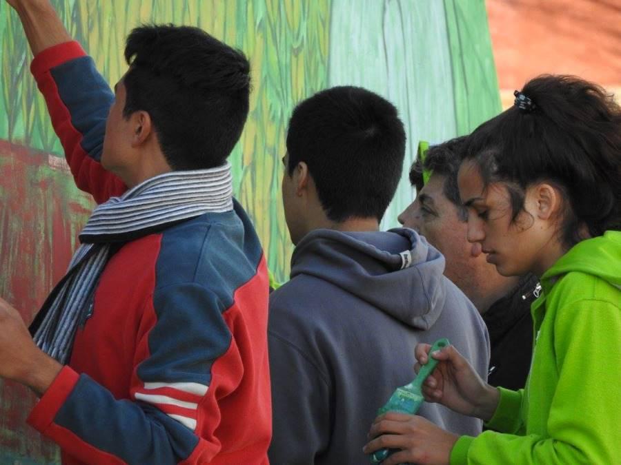 Entre todos pusieron manos a la obra y pintaron su Mural Colectivo en la localidad de 9 de Julio.