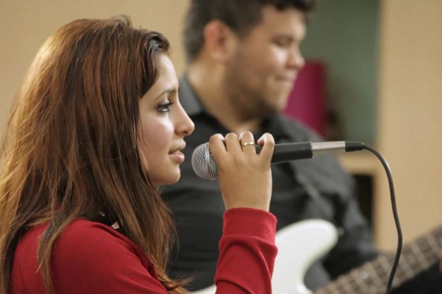 Imagen ilustrativa de chicos tocando instrumentos