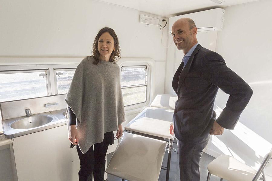 Carolina Stanley y Guillermo Dietrich recorrien las instalaciones del tren.