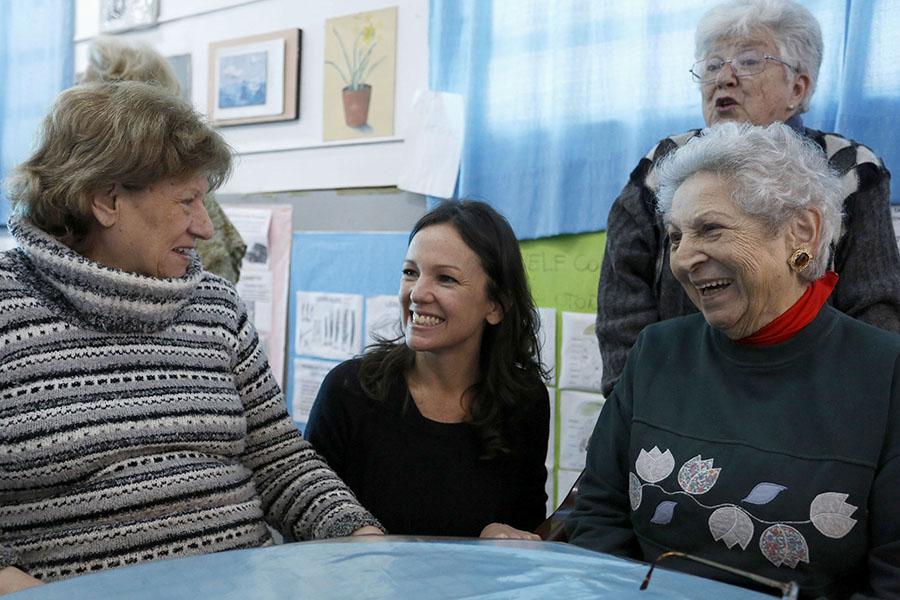 """Carolina Stanley junto con los adultos mayores del Centro """"Rincón de la alegría""""."""