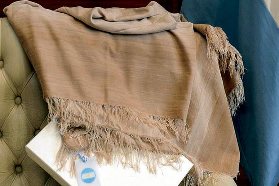 La Manta de vicuña que se le obsequió a Michelle Obama, la primera dama estadounidense, durante su visita a la Argentina fue confeccionada por una emprendedora de la Asociación de Hilanderas y Tejedoras de Belén, en Catamarca.
