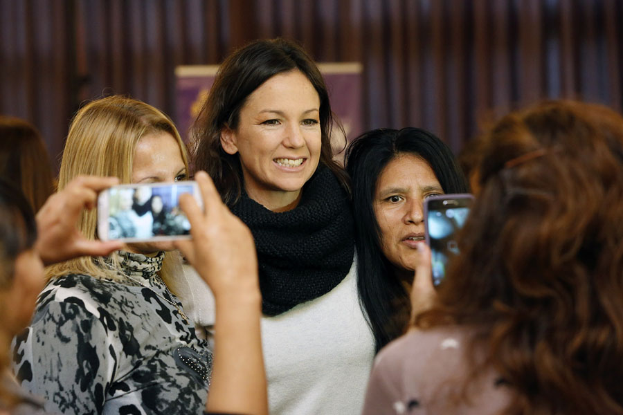 Foto ilustrativa de Carolina Stanley recibiendo el cariño de las personas que participaron del evento.