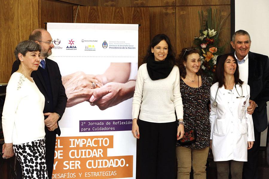 Imagen ilustrativa de la ministra acompañada por el presidente de la AMIA.