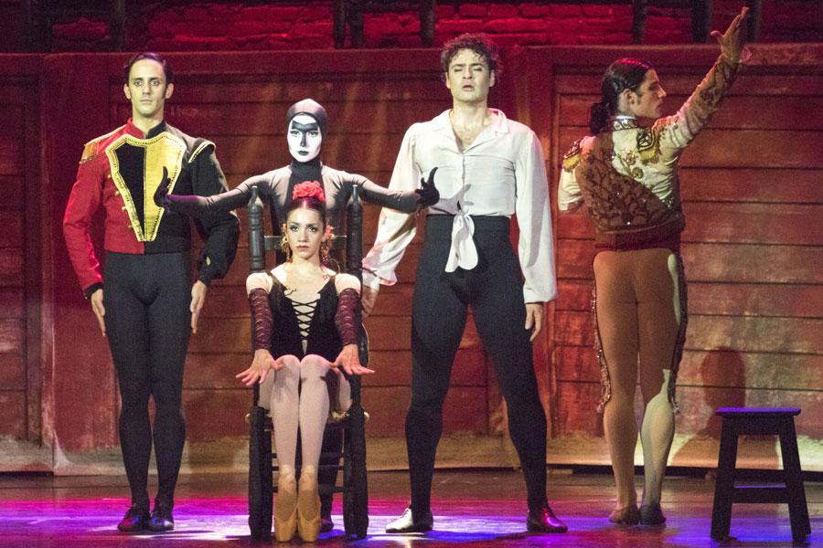 Más de 20 bailarines acompañaron a Urlezaga en escena.