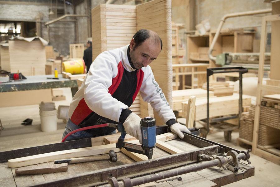 Total Maderera se caracteriza por elaborar diseños exclusivos de muebles en madera maciza.