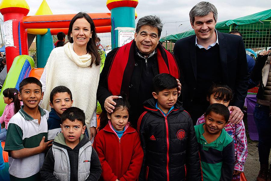 Carolina Stanley y Marcos Peña junto a los vecinos