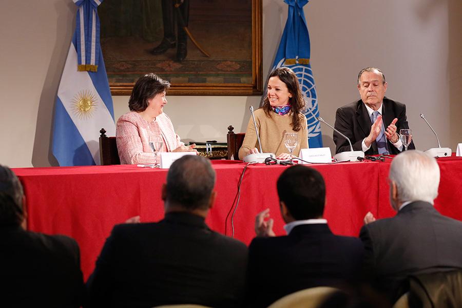 La ministra Carolina Stanley durante la presentación del compromiso en la sede de Cancillería.