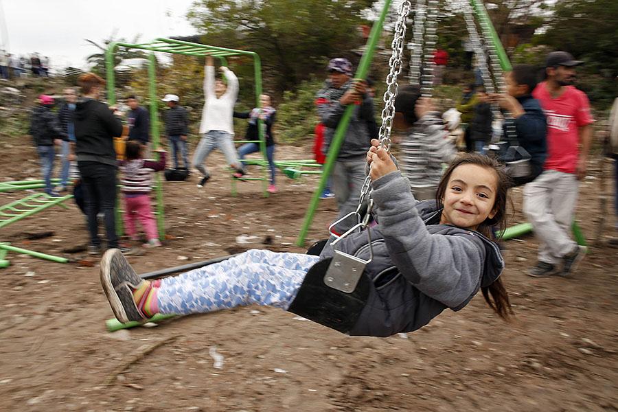 Una de las niñas del barrio Los Vázquez disfrutando de la hamaca.