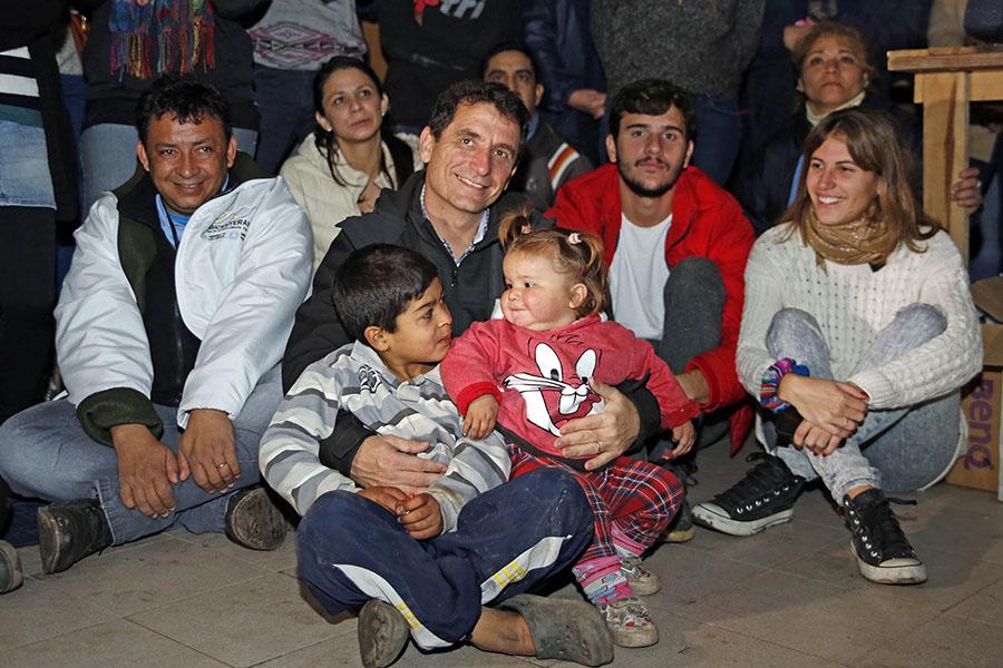 El ministro provincial de Desarrollo, Gabriel Yedlin, junto a dos de los niños del barrio.