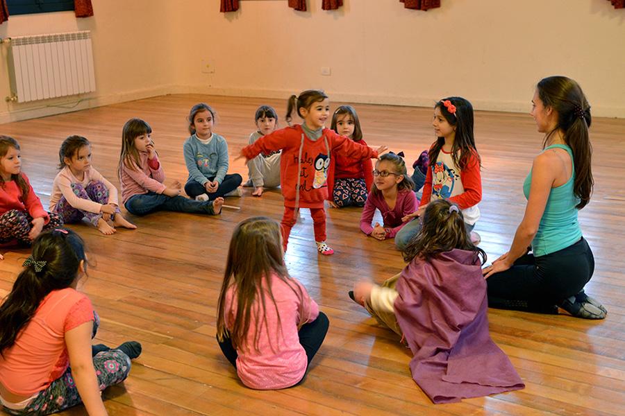 El taller de expresión corporal estuvo orientado a estimular la coordinación motriz y el ritmo a través de diferentes tipos de danzas.