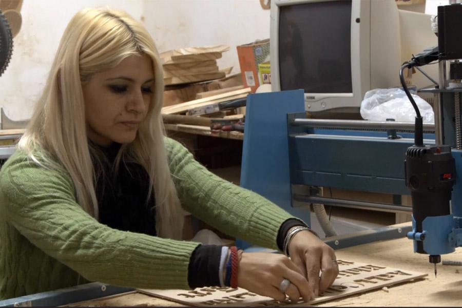 Imagen ilustrativa de Paola Cuevas trabajando en su taller.