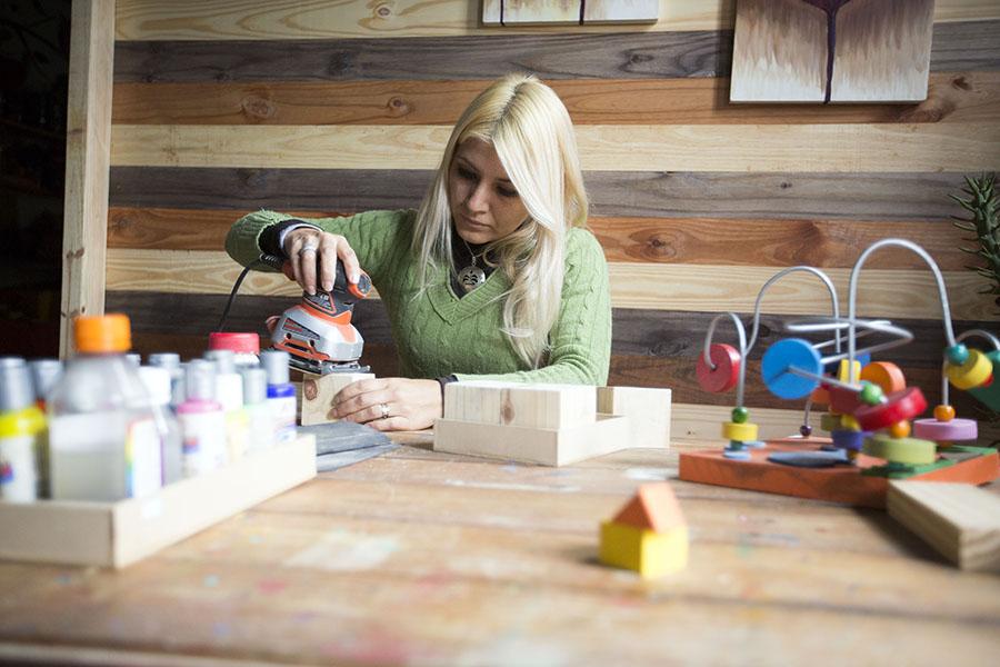 """Imagen ilustrativa de la emprendedora que dio vida a """"Big Baby"""", un proyecto productivo que fabrica juegos en madera."""