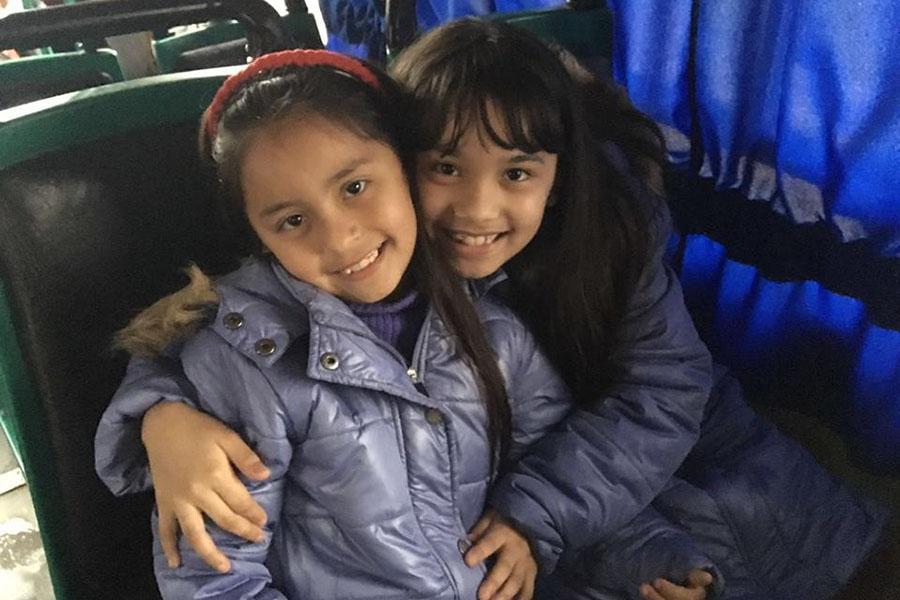 Dos de las chicas que viajaron a ver la obra Heidi.