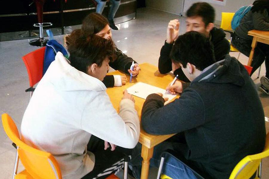 Imagen ilustrativa de chicos haciendo la tarea de la escuela.