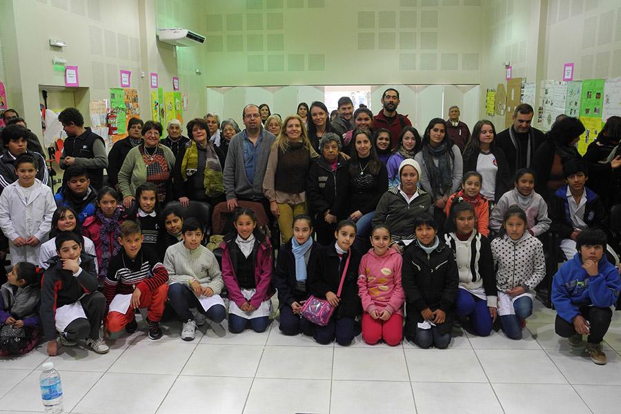 Imagen ilustrativa de alumnos de primaria junto a sus abuelos.