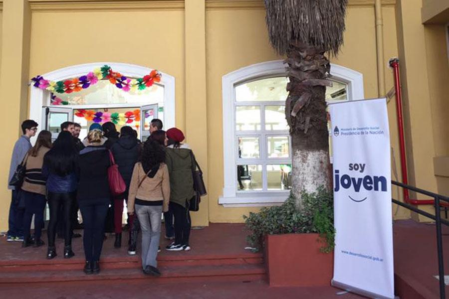 Imagen ilustrativa de chicos entrande a la Casa del Futuro.