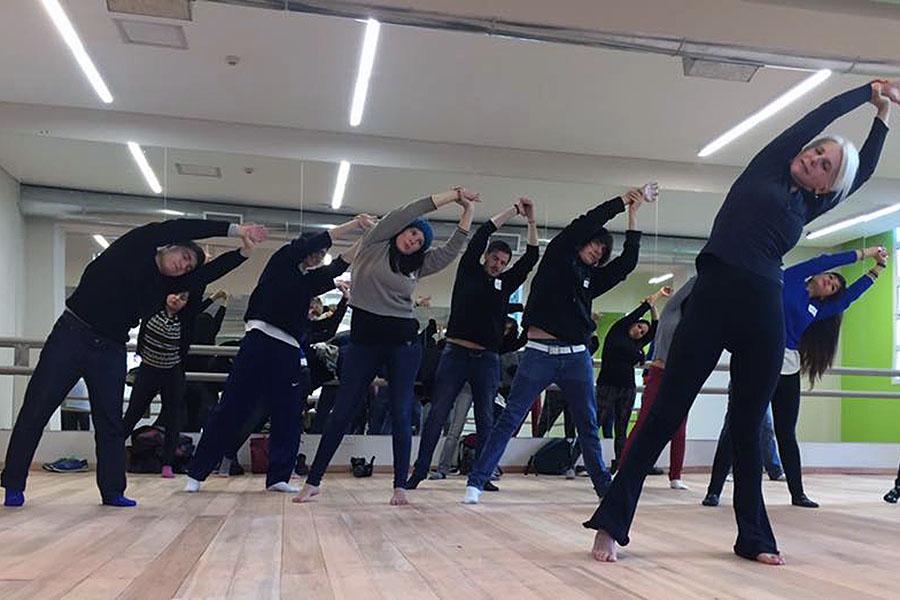 Imagen ilustrativa de jóvenes realizando actividad física.