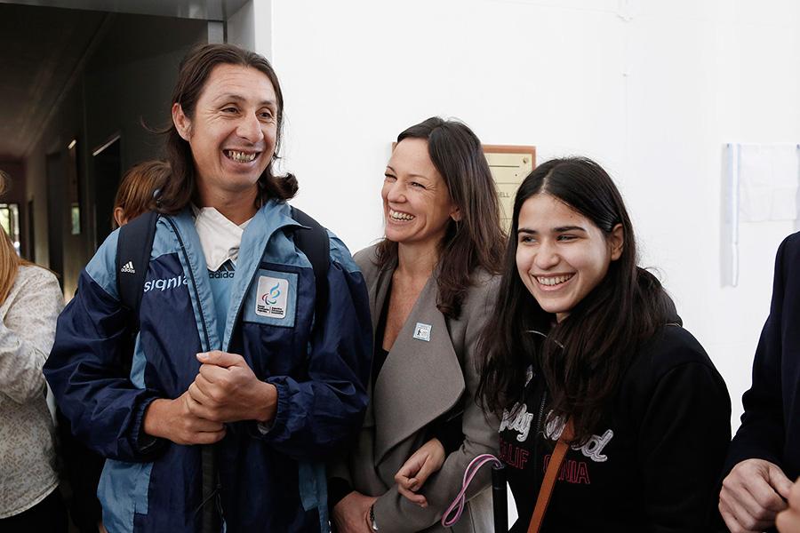 Imagen de Carolina Stanley junto a integrante de la selección argentina de fútbol para ciegos