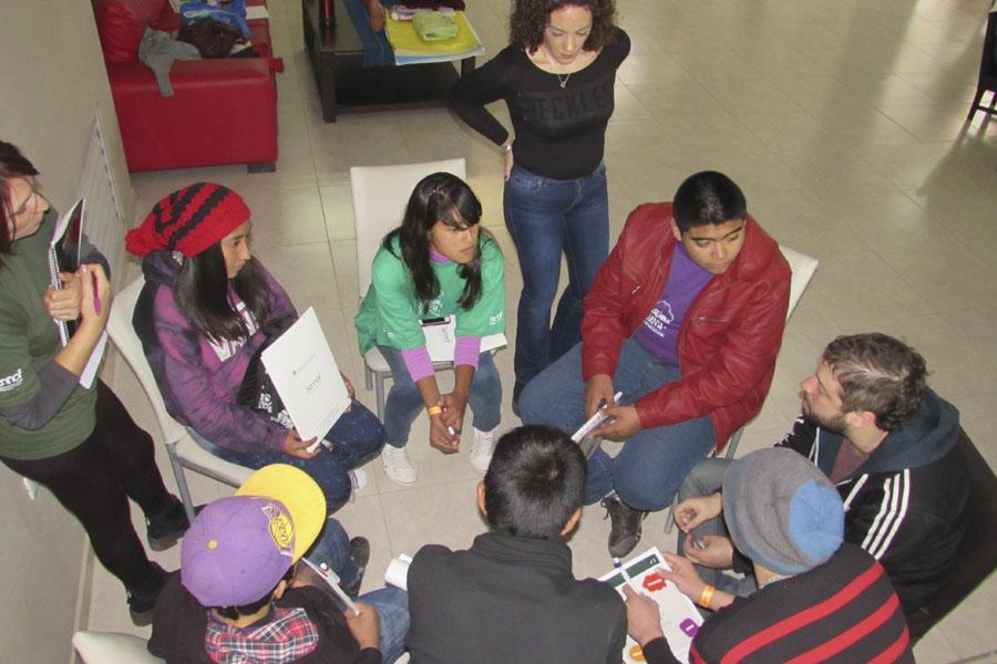 Los jóvenes de Misiones debaten en la mesa de trabajo sobre participación ciudadana.