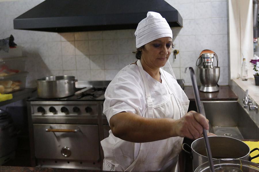 Imagen ilustrativa de una mujer cocinando