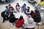 Imagen ilustrativa de jóvenes reunidos.