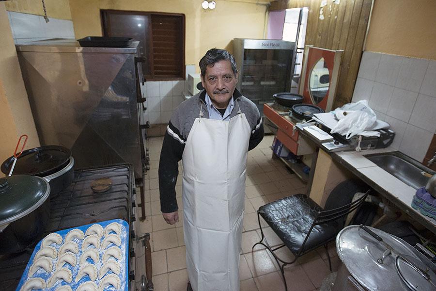 Imagen ilustrativa de Ricardo Rojo en su fábrica de panificados.