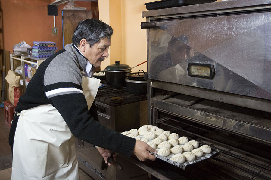 Imagen ilustrativa de Ricardo Rojo poniendo la masa en el horno.