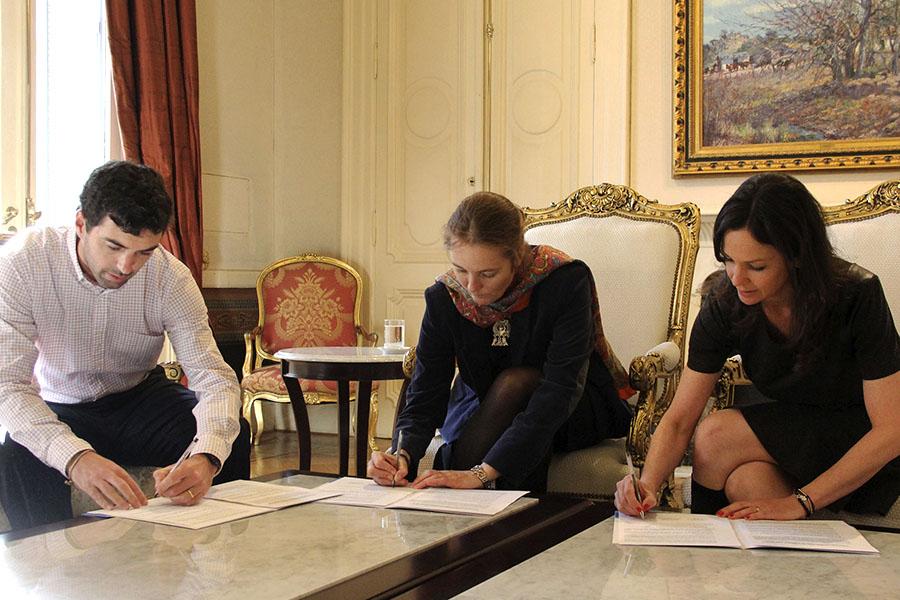 Imagen de Carolina Stanley firmando el convenio con Anses y Unicef