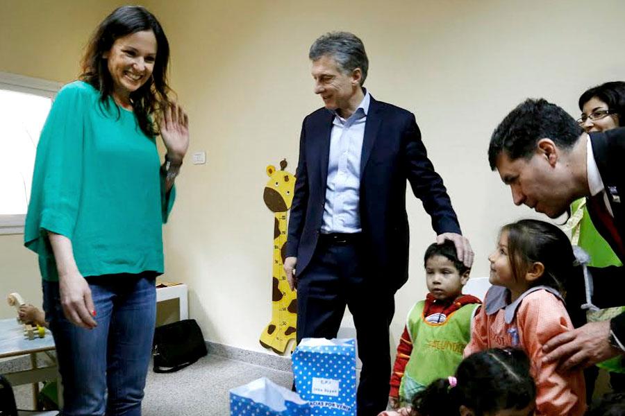 Carolina Stanley y Mauricio Macri junto a los niños del Centro de Primera Infancia