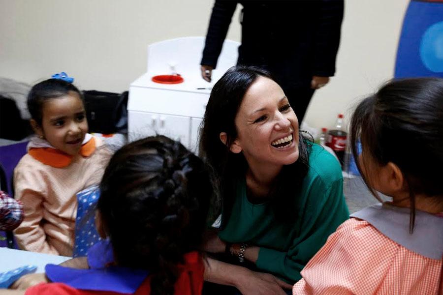 Imagen de Carolina Stanley junto a los niños del Centro de Primera Infancia