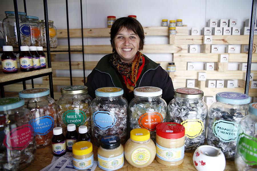 Imagen de una emprendedora en la feria de Tecnópolis