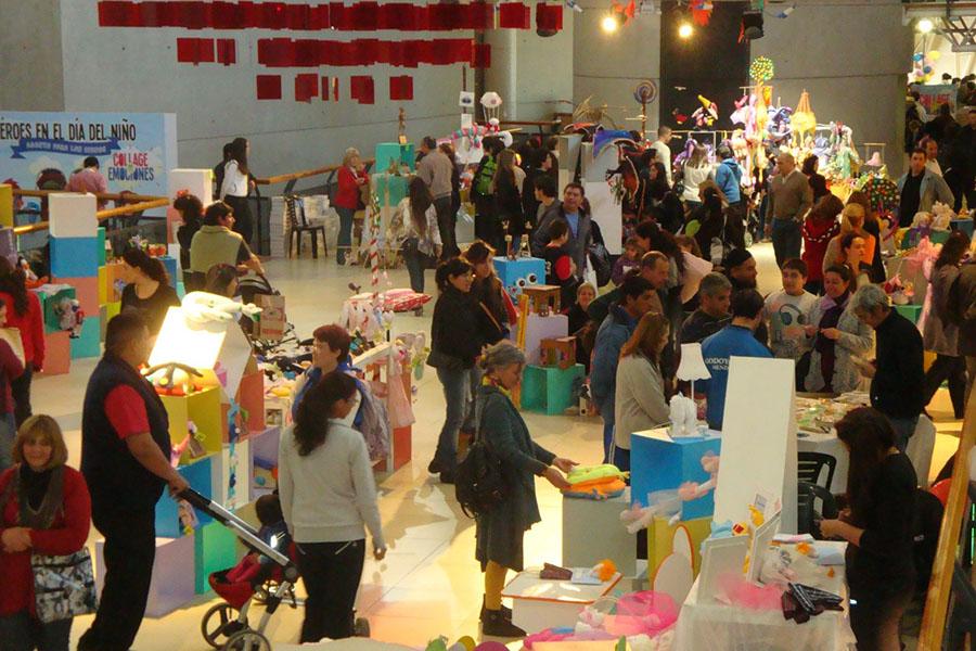 Gente recorriendo la Expo JugArte
