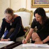 La ministra Carolina Stanley y la representante de UNICEF, Florence Bauer firmando el convenio