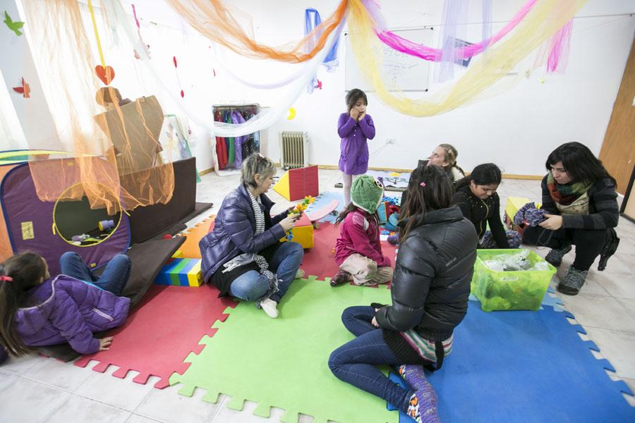 Los niños interactúan con sus familias en el espacio de Apapachos.