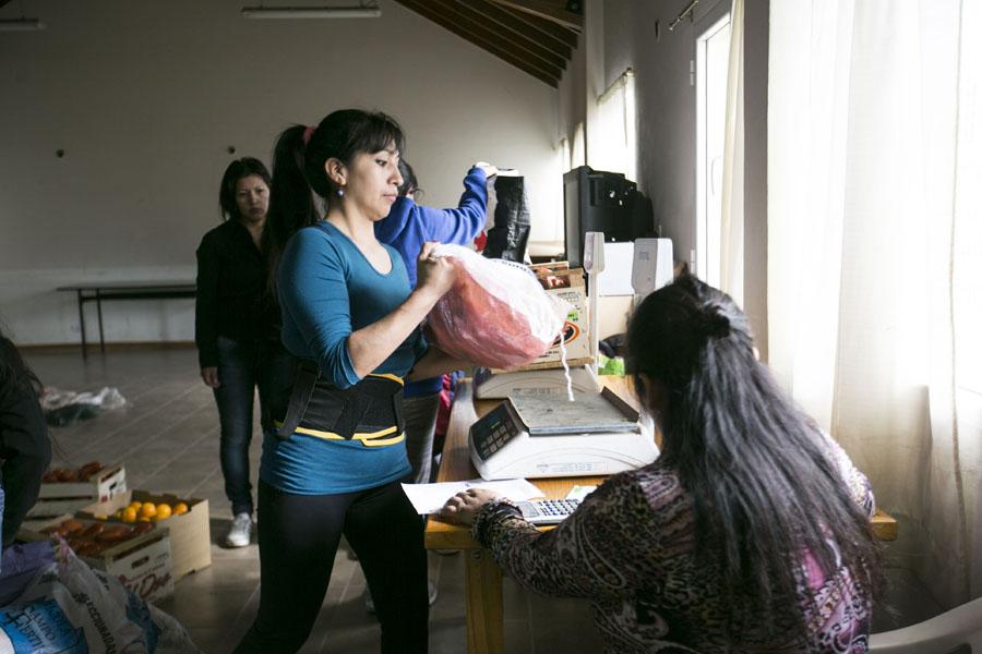 """En la """"Mesa redonda"""" las familias realizan compras comunitarias."""