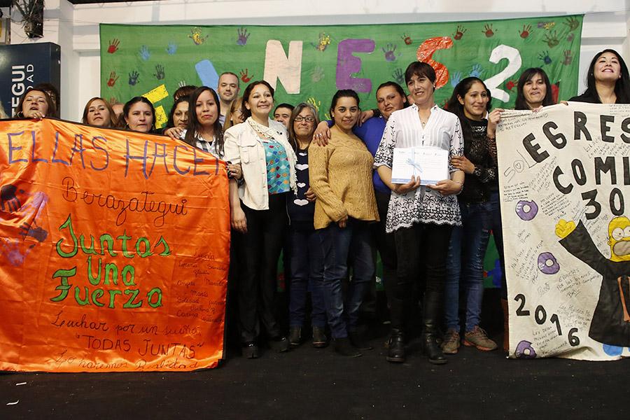 Egresadas del programa Ellas Hacen en la entrega de los certificados por finalizar los estudios secundarios.