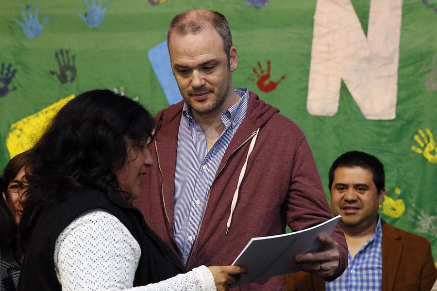 El titular de la Unidad Ejecutora de Ingreso Social con Trabajo, Matías Kelly entrega diploma a egresada del programa Ellas Hacen.