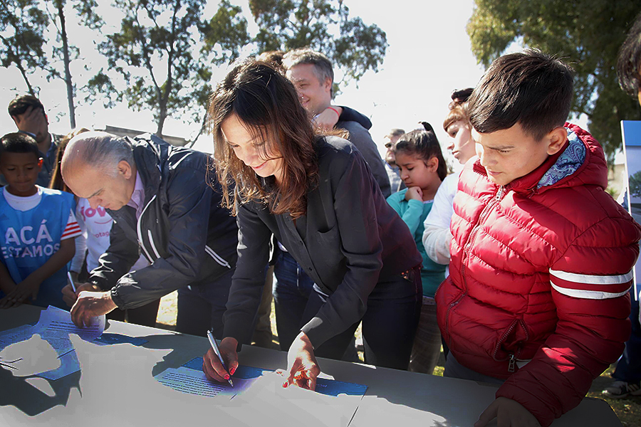 Carolina Stanley firmando el acuerdo