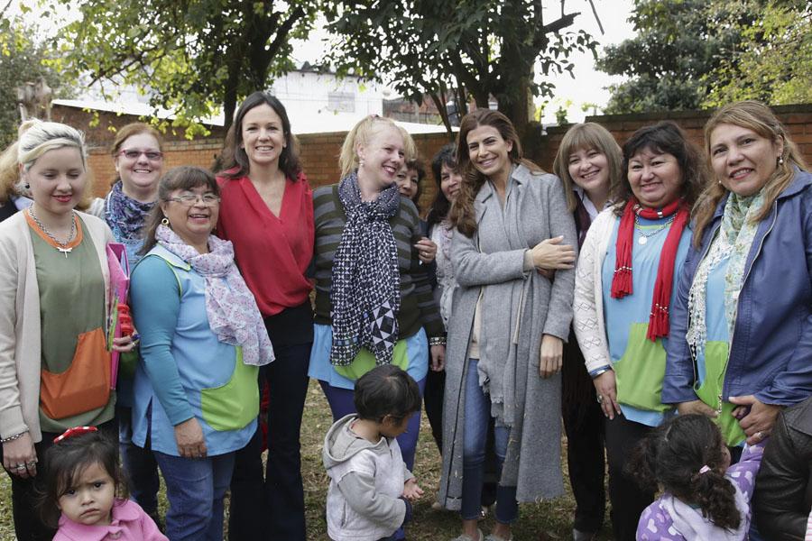 Carolina Stanley junto a la primera dama Juliana Awada y los miembros del Centro de Actividades Infantiles.