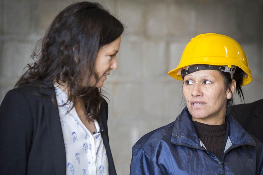 Carolina Stanley dialogando con una de las integrantes de las cooperativas que trabaja en el polo.