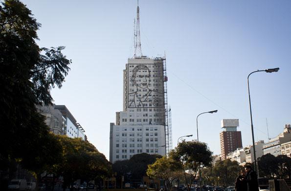 La postal de Buenos Aires, con el MOP como elemento simbólico.