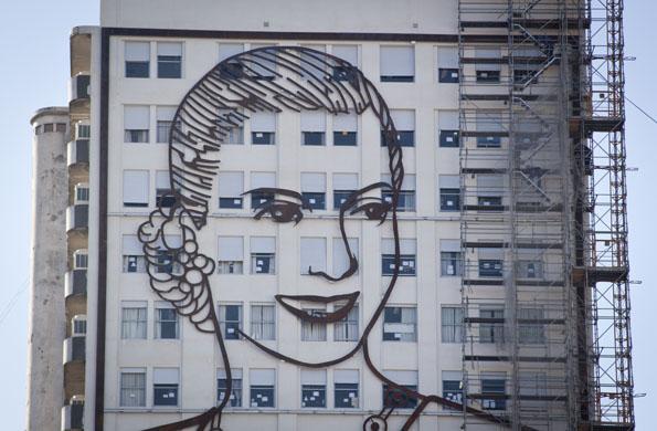 """El mural de Evita en la cara Norte, con la imagen de tapa del libro """"La razón de mi vida""""."""