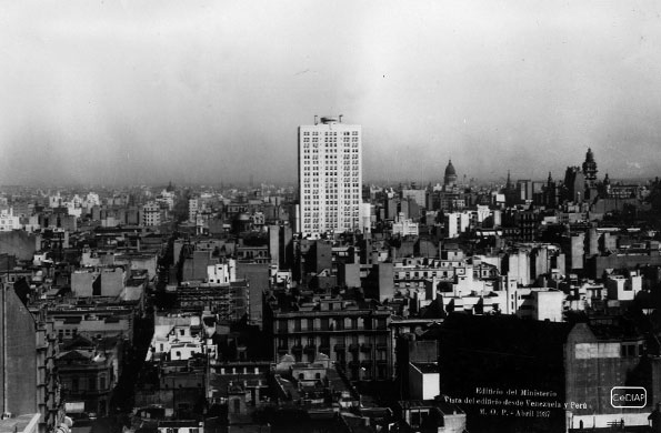 Vista del edificio desde una terraza ubicada en Perú y Venezuela (1936).