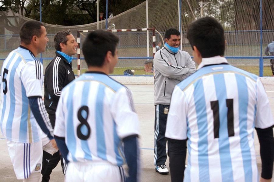 Imagen ilustrativa de Silvio Velo junto a su entrenador y compañeros del equipo.