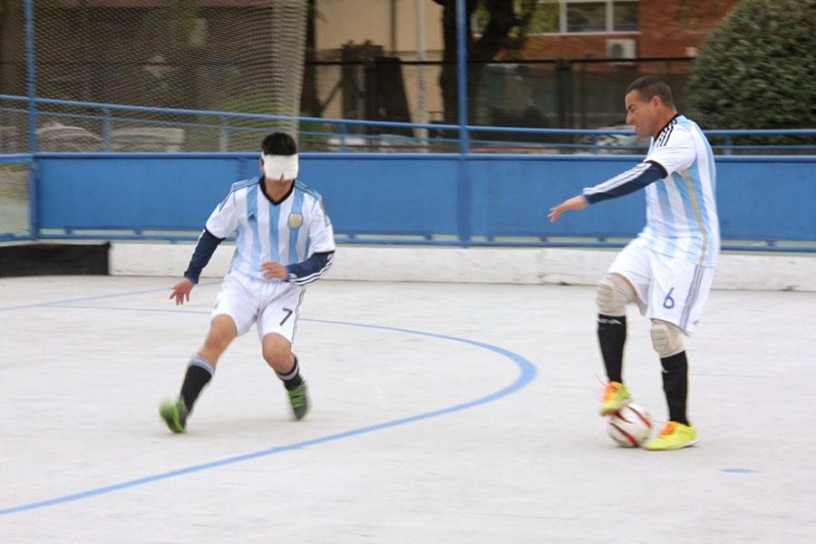 Imagen ilustrativa de Silvio Velo jugando al fútbol.