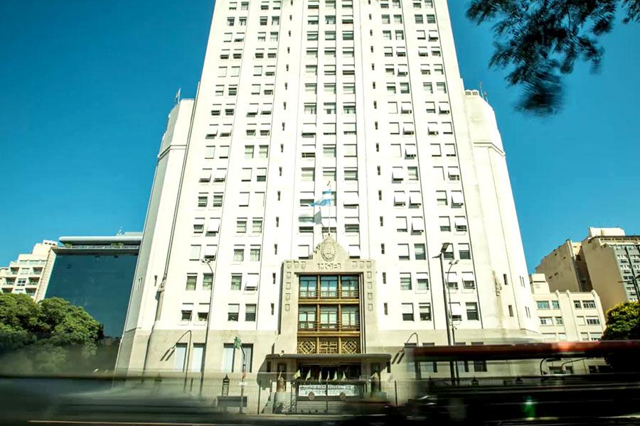 Es el único edificio que tiene domicilio sobre la Avenida 9 de Julio.