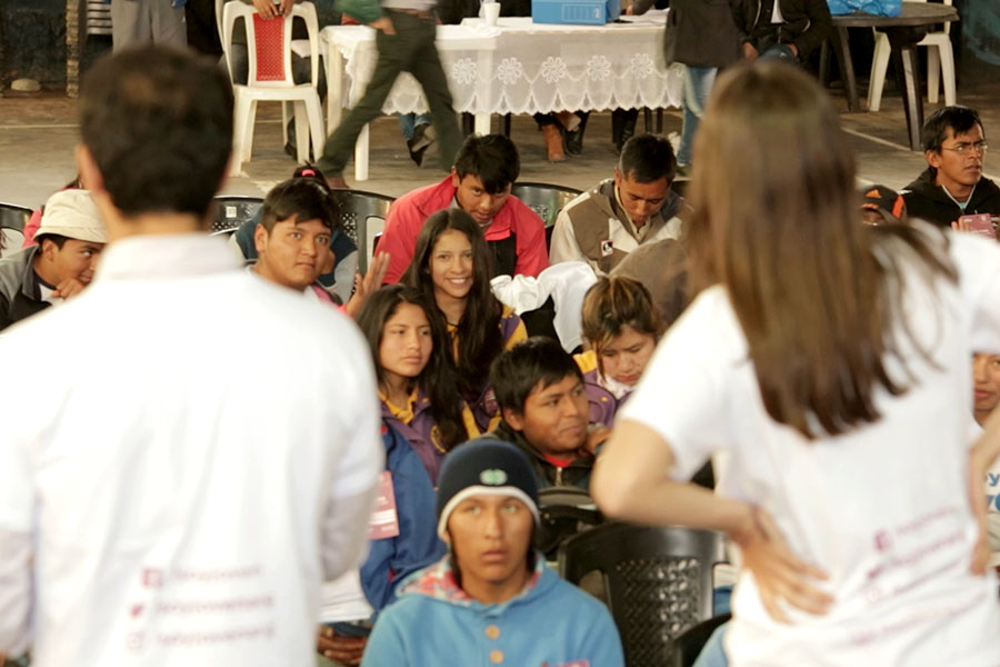 Imagen ilustrativa de jóvenes debatiendo sus ideas.