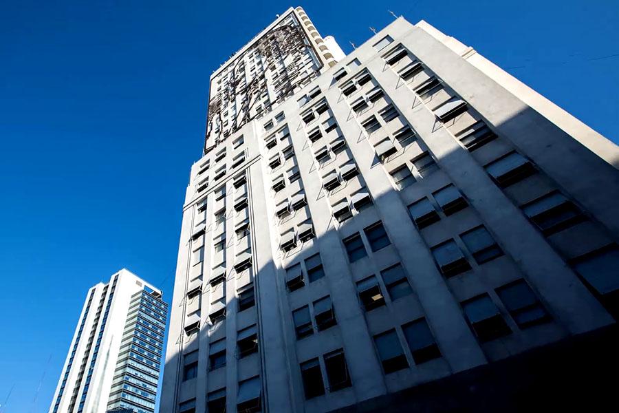 """Las oficinas ubicadas en los 22 pisos reciben luz solar y ventilación, porque está construido en forma de """"U""""."""