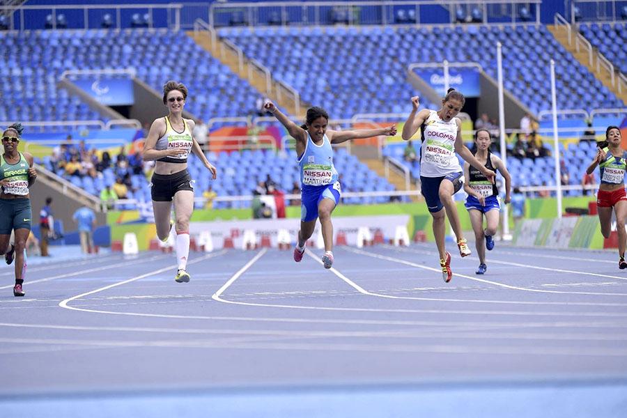 El momento final: la atleta llegó a la meta con una amplia ventaja sobre las otras competidoras   (Foto: Paradeportes.com).