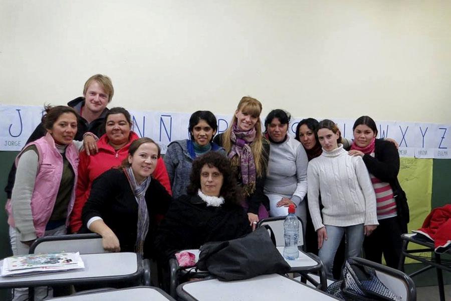 Fotografía ilustrativa de Daniela con sus alumnos.